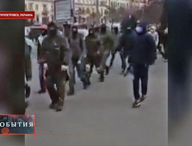 """Радикалы из """"Правого сектора"""" в Днепропетровске"""