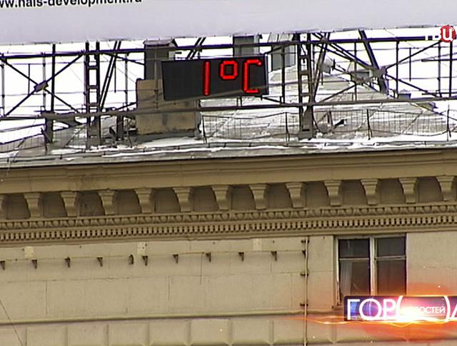 Электронный термометр на здании