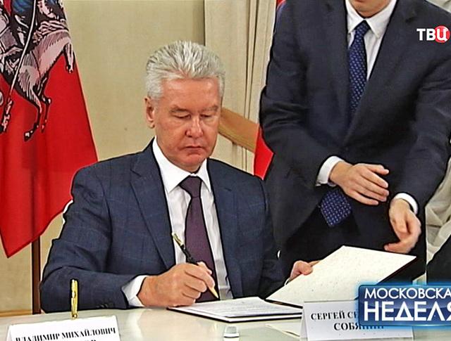 Мэр Москвы Сергей Собянин подписывает новое соглашение о сотрудничестве с Севастополем