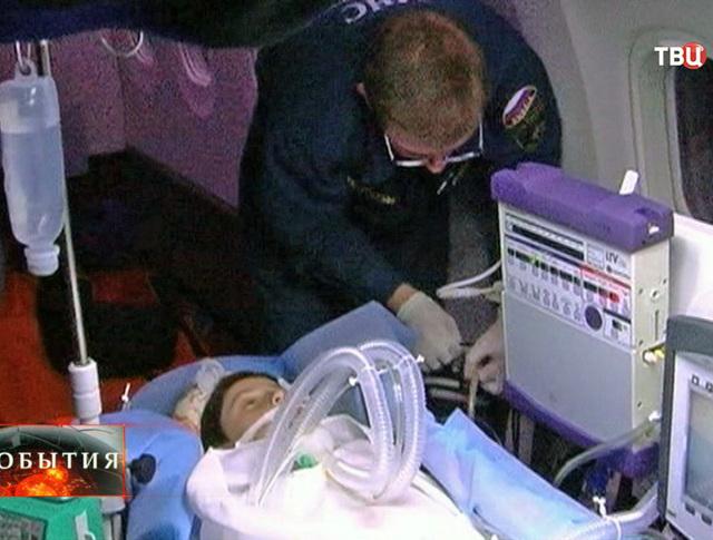Транспортировка пострадавшего ребенка сотрудниками МЧС