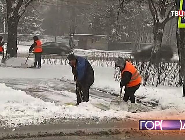 Дворники устраняют последствия снегопада в Москве