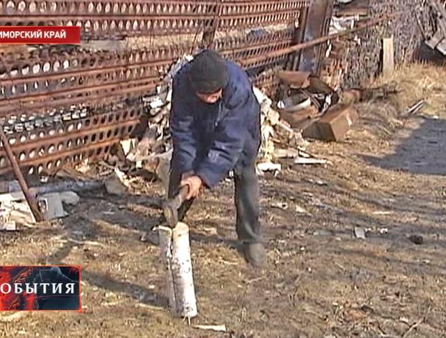 Ветеран ВОВ колет дрова