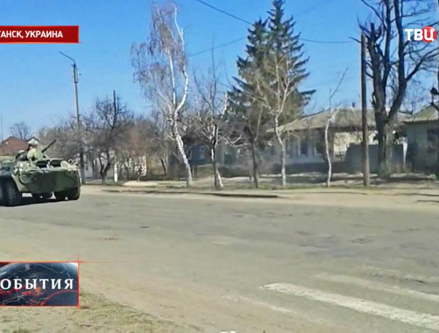 Бронетехника на дороге в пригороде Луганска