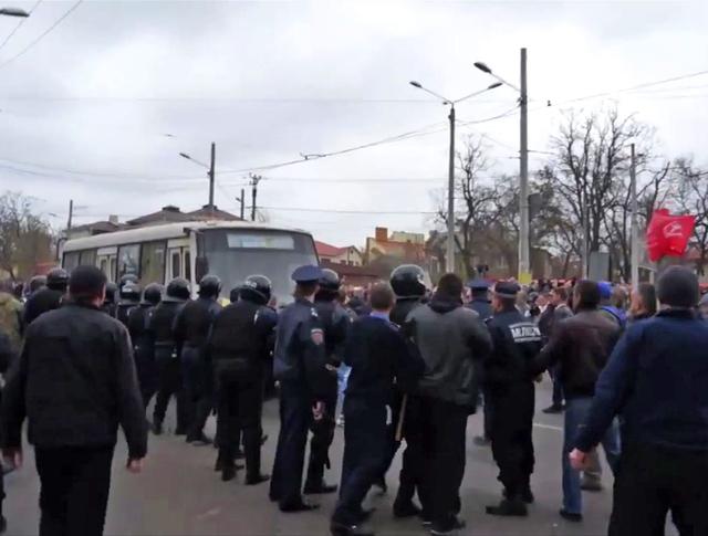 """Жители Одессы блокируют автобус с активистами """"Правого сектора"""""""