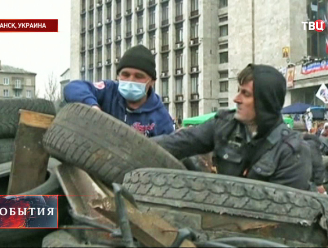 Строительство баррикад у захваченного здания СБУ в Луганске