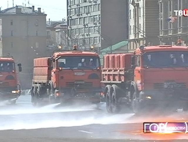 Московские коммунальщики моют улицы