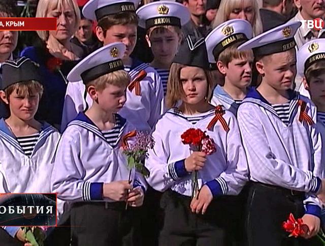 Школьники возлогают цветы к воинскому мемориалу в Ялте