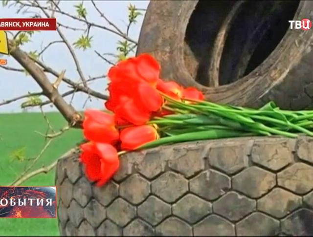 Люди приносят цветы на место трагедии