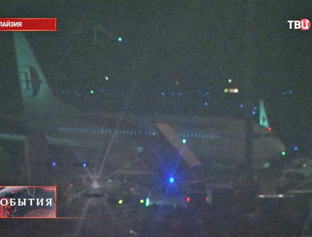 Самолет боинг на взлетной линии в Малайзии