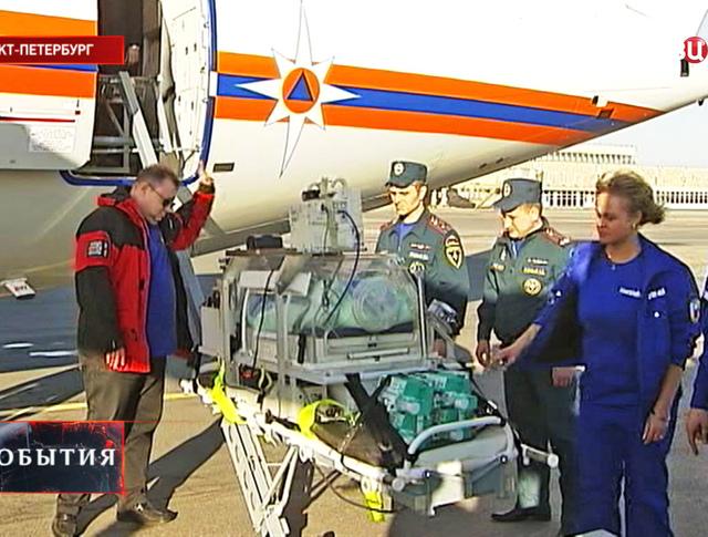 Новорожденного мальчика доставили в Петербург