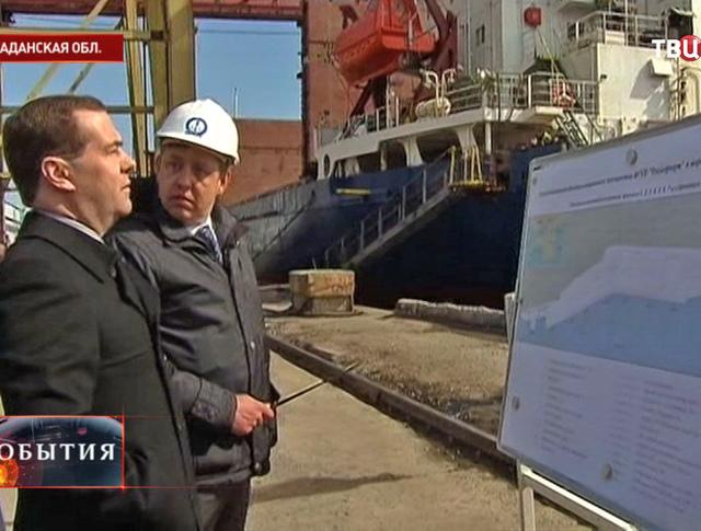 Дмитрий Медведев во время посещения Магаданского морского торгового порта