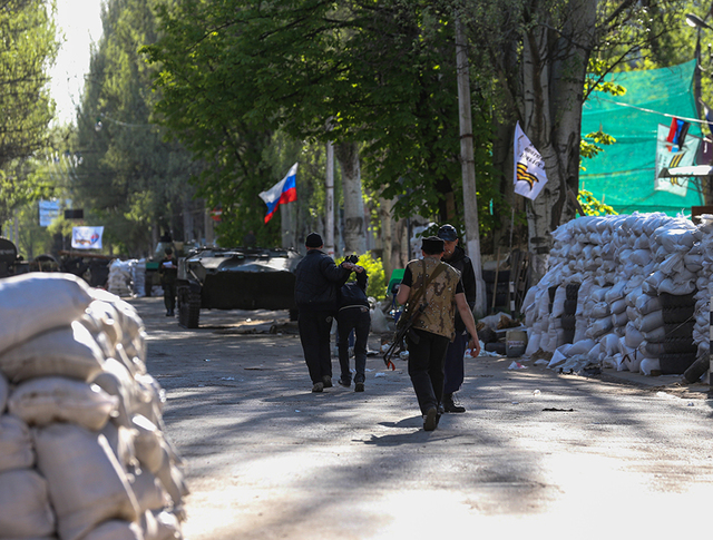 Бойцы народного ополчения у баррикад в Славянске