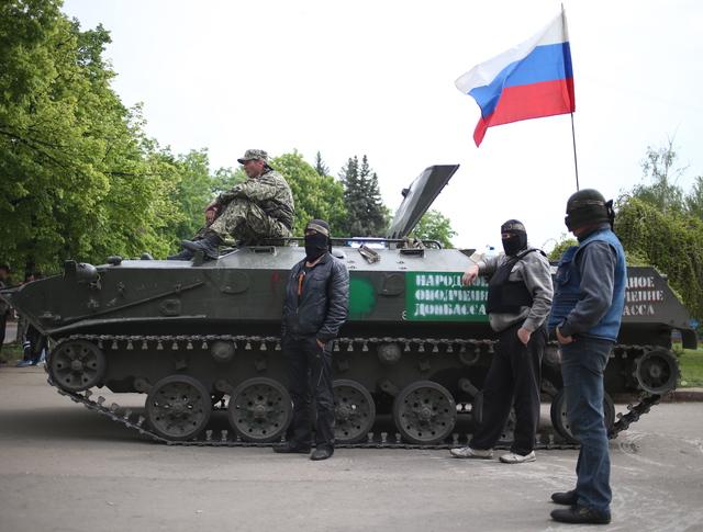 Народные ополченцы на одной из улиц Славянска