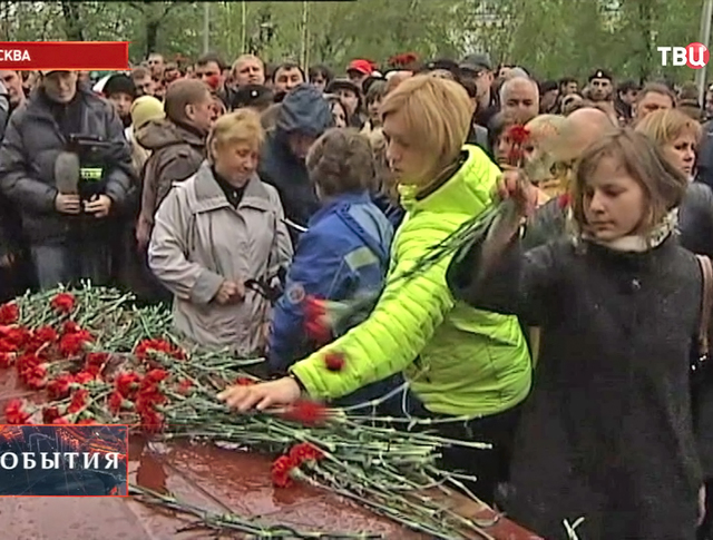 Люди приносят цветы и свечки в память о произошедшем