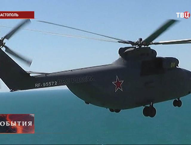 Вертолет летит над Севастополем