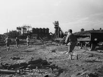 Солдаты Красной Армии ведут бой в районе Керченского металлургического завода