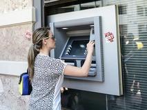 Женщина у банкомата в Греции