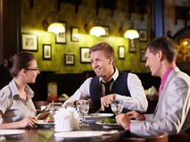 Компания в ресторане