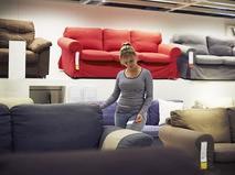 Девушка выбирает диван