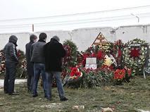 Люди у могилы криминального авторитета Аслана Усояна на Хованском кладбище