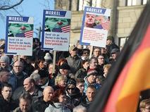 """Участники демонстрации """"против исламизации Европы"""" в Дрездене"""
