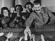 Иосиф Сталин приветствует жён командиров РККА