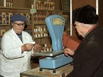 Пенсионер покупает сахар по талонам во время тотального дефицита товаров в СССР в начале 90-х годов
