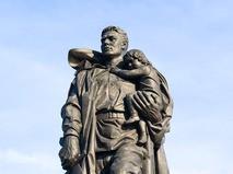Памятник советскому воину-освободителю в Трептов-парке в Берлине, его точная копия была снесена в городе Мелец в Польше