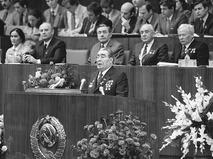 Леонид Ильич Брежнев выступает с докладом на XIX съезде ВЛКСМ