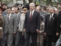 Борис Ельцин, Александр Руцкой и Руслан Хасбулатов с делегацией во время возложения венка к Вечному огню у Могилы Неизвестного солдата