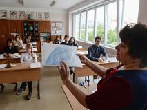 Преподаватель и ученики 11-х классов перед началом ЕГЭ