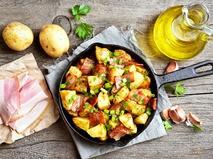 Жареный картофель в сковороде