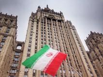 Флаг Ирана на фоне здания МИД России