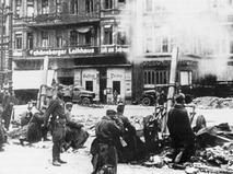 Советские миномётчики ведут огонь на улицах Берлина во время Великой Отечественной войны