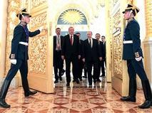 Владимир Путин и президент Турции Реджеп Тайип Эрдоган во время прогулки по Кремлю