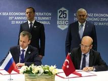 Председатель правительства РФ Дмитрий Медведев и премьер-министр Турции Бинали Йылдырым на церемонии подписания совместных документов