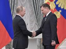 Владимир Путин и старший лётчик-испытатель Михаил Беляев