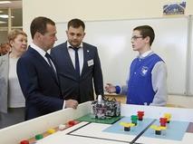 Дмитрий Медведев во время посещения класса робототехники в IT-лицее Казанского федерального университета