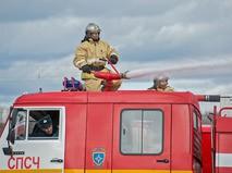 Пожарный тушит возгорание