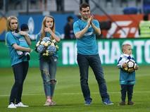Александр Кержаков с супругой и детьми
