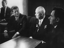 Джон Кеннеди и Никита Хрущёв на встрече в Вене