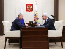 Владимир Путин во время встречи с временно исполняющим обязанности главы Дагестана Владимиром Васильевым