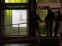 """Сотрудники полиции у входа в магазин """"Перекресток"""" в Санкт-Петербурге, где произошел взрыв"""
