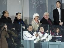 Президент Южной Кореи и сестра лидера Северной Кореи на церемонии открытия Олимпиады-2018