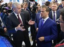 Мэр Москвы Сергей Собянин и председатель правительства Дмитрий Медведев во время осмотра выставочных стендов на Российском инвестиционном форуме