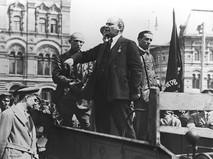 Владимир Ильич Ленин произносит речь