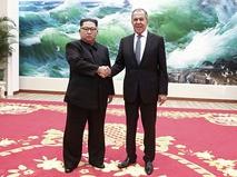 Глава КНДР Ким Чен Ын и министр иностранных дел России Сергей Лавров на встрече в Пхеньяне
