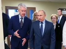 Мэр Москвы Сергей Собянин и Владимир Путин во время посещения Морозовской детской городской клинической больницы