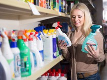 Покупатель выбирает моющее средство