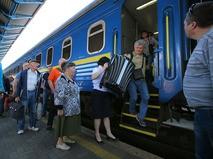 Пассажиры поезда на перроне Центрального вокзала в Киеве
